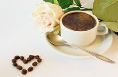 La taza de café y se levantó imagen de archivo libre de regalías