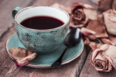 La taza de café y seca color de rosa Fotografía de archivo libre de regalías