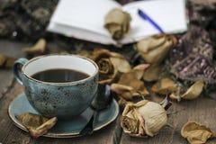 La taza de café y seca color de rosa Foto de archivo