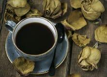 La taza de café y seca color de rosa Fotos de archivo