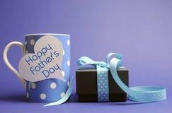 Taza y regalo azules felices de café del lunar del día de padre Imagen de archivo libre de regalías