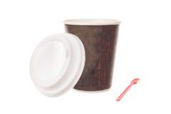 La taza de café para se lleva con el casquillo y la cuchara Fotografía de archivo