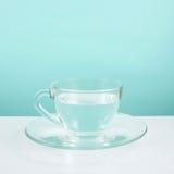 La taza de cristal de agua pura Fotos de archivo libres de regalías