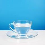 La taza de cristal de agua pura fotografía de archivo