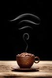 La taza de granos de café con el icono de Wi-Fi formó humo Imagen de archivo