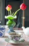 La taza de la mañana de té en la tabla Fotografía de archivo
