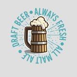 La taza de Logo Label Design With Wooden de la cerveza de barril o una jarra de cerveza de sea ilustración del vector