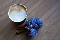La taza de la mañana de café y de un hermoso baja en fondo de madera ligero Fotos de archivo libres de regalías