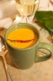 La taza de queso del queso con un chile adorna Imagenes de archivo