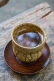 La taza de té caliente en la tabla de madera Imágenes de archivo libres de regalías