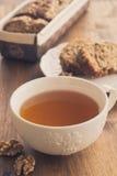 La taza de té con la fruta y la nuez se apelmazan Foto de archivo libre de regalías