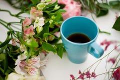La taza de té en la tabla, se relaja Florista del taller, tabla con las flores, aún vida Foco suave Imágenes de archivo libres de regalías