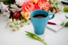 La taza de té en la tabla, se relaja Florista del taller, tabla con las flores, aún vida Foco suave Fotos de archivo libres de regalías