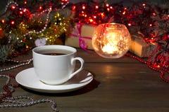 La taza de té en una Navidad del fondo juega Imagen de archivo libre de regalías