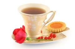 La taza de té, galletas y se levantó. Fotos de archivo