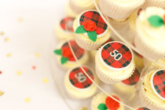 La taza del cumpleaños se apelmaza con tarten, las rosas y chispa de la tabla Foto de archivo libre de regalías