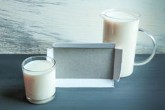 La taza del jarro y del vidrio con la almendra ordeña en la tabla de madera Intolerancia sin lactosa Imagen de archivo
