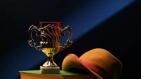La taza del oro reserva la tabla del sombrero almacen de metraje de vídeo