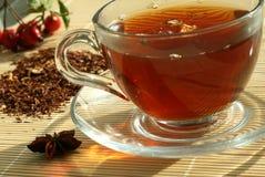 La taza del té y del té seco fotos de archivo