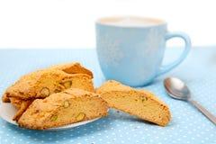 La taza grande de bebida caliente con las galletas Imagen de archivo