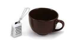 La taza grande de Brown Cappuchino con bate y rallador Imagen de archivo