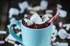 La taza llenó del chocolate caliente y melcocha y caramelo, coseup Fotos de archivo