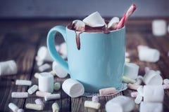 La taza llenó del chocolate caliente y melcocha y caramelo, entonados Imagen de archivo libre de regalías