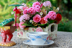 La taza suave del foco de café y la falta de definición florecen el fondo Imagenes de archivo