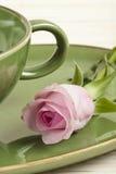 La taza verde y se levantó fotografía de archivo