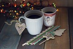 La taza y el vidrio en la Navidad tablen Fotografía de archivo