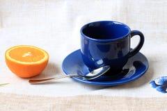 La taza y la naranja Foto de archivo libre de regalías