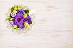 La tazza con i fiori blu e lavora all'uncinetto il centrino su legno Fotografia Stock Libera da Diritti
