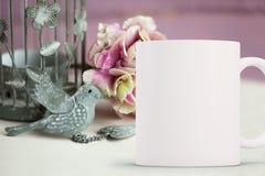 La tazza da caffè in bianco bianca pronta per il vostro progetta/citazione fotografia stock libera da diritti