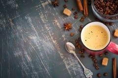 La tazza dei chicchi su un fondo misero, cima di caffè e del caffè espresso rivaleggia Fotografia Stock
