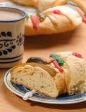La tazza del cioccolato con Rosca de Reyes, il dolce di epifania, re agglutina Fotografia Stock