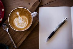 La tazza dell'aroma del latte del caffè di vista superiore ed il natale saporito agglutinano il relaxti immagini stock