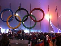 La tazza della fiamma olimpica in Soci, vista di notte Fotografie Stock Libere da Diritti