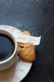 La tazza di caffè caldo, cuore ha modellato i biscotti e vi ama nota Fotografie Stock Libere da Diritti