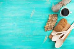 La tazza di caffè caldo ha ordinato con i biscotti per la prima colazione sulla tavola d'annata di legno Fotografia Stock