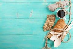 La tazza di caffè caldo ha ordinato con i biscotti per la prima colazione sulla tavola d'annata di legno Immagine Stock Libera da Diritti