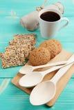 La tazza di caffè caldo ha ordinato con i biscotti per la prima colazione sulla tavola d'annata di legno Fotografie Stock Libere da Diritti