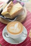 La tazza di caffè con bella arte del Latte ed il burro agglutinano, Selectiv Fotografie Stock Libere da Diritti