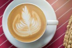 La tazza di caffè con bella arte del Latte ed il burro agglutinano, Selectiv Immagine Stock Libera da Diritti