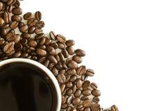 La tazza di caffè ha organizzato con i chicchi di caffè fotografia stock libera da diritti
