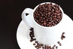 La tazza di caffè ha riempito di chicchi di caffè freschi Fotografia Stock Libera da Diritti