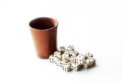 La tazza di dadi di cuoio con bianco taglia Fotografia Stock Libera da Diritti