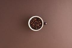 La tazza di Expresso ha riempito di chicchi di caffè Fotografia Stock Libera da Diritti