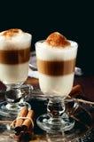 La tazza di irish coffee ha riempito gli strati versati latte fotografia stock libera da diritti