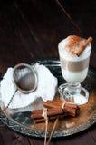 La tazza di irish coffee ha riempito gli strati versati latte sul vassoio del metallo fotografia stock
