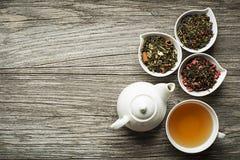 La tazza di tè è servito con tè asciutto sano fresco Immagini Stock